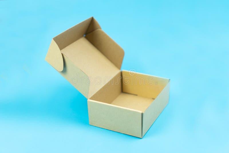 在颜色背景的开放纸板箱 免版税库存照片