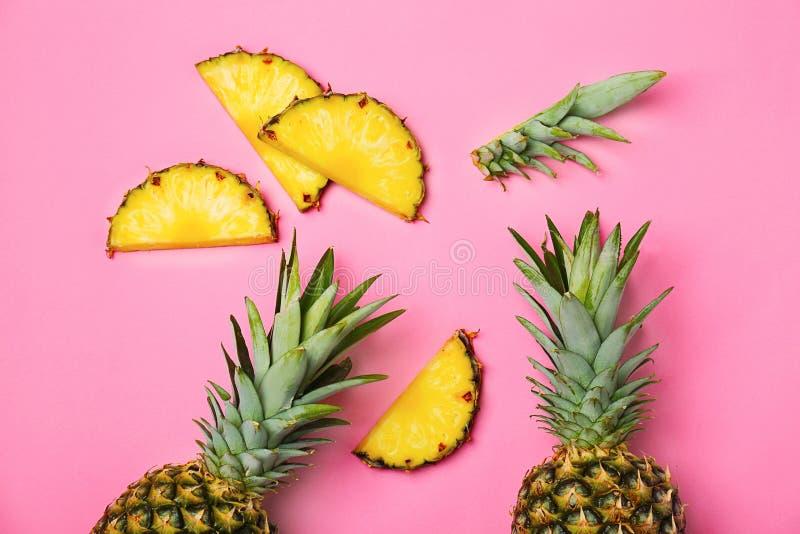 在颜色背景的新鲜的菠萝. 营养, 点心.