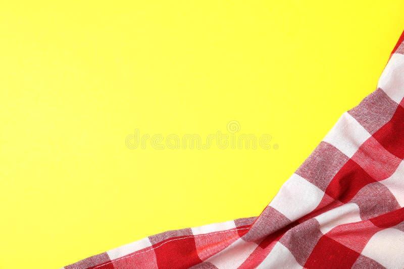 在颜色背景的方格的野餐毯子 r 免版税库存图片