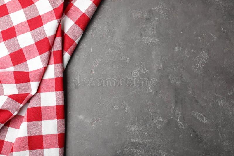 在颜色背景的方格的野餐毯子 r 免版税库存照片