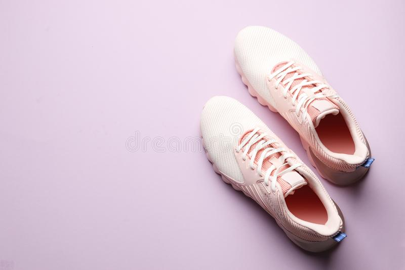 在颜色背景的时髦的新的鞋子 免版税库存照片