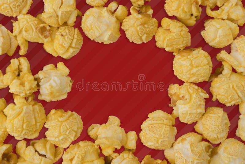 在颜色背景的玉米花平的被放置的构成 戏院快餐概念现代样式 创造性的摄影 r 免版税库存照片