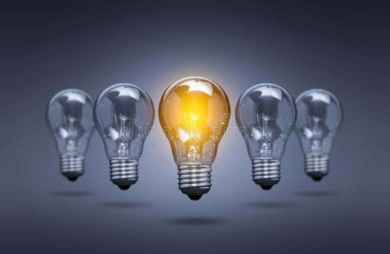 在颜色背景的电灯泡灯 免版税库存照片