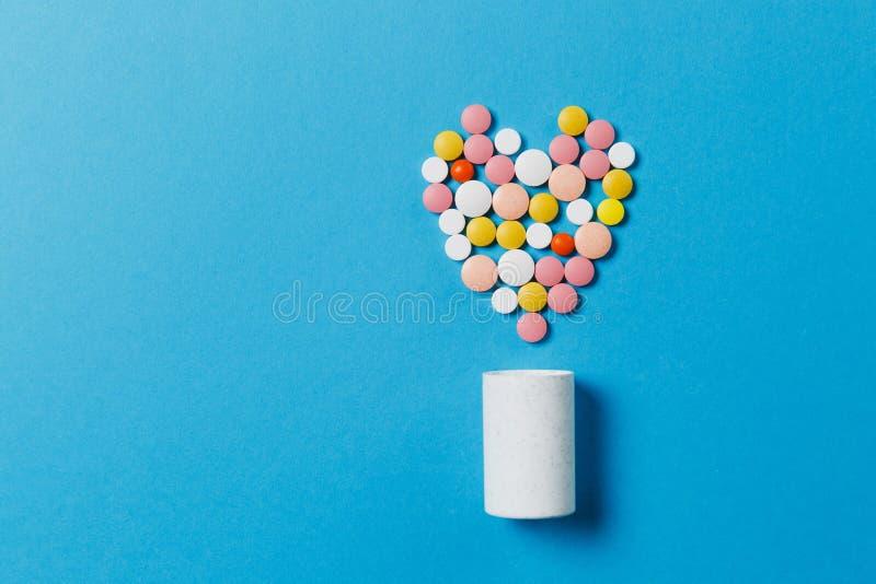 在颜色背景的疗程片剂 健康,治疗,选择,健康生活方式的概念 库存图片