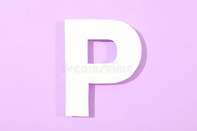 在颜色背景的白色信件P 库存图片