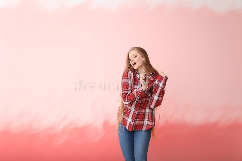 在颜色背景的美好的年轻女人跳舞 免版税库存照片