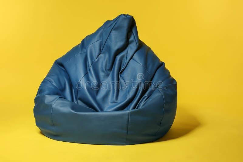 在颜色背景的装豆子小布袋椅子 图库摄影