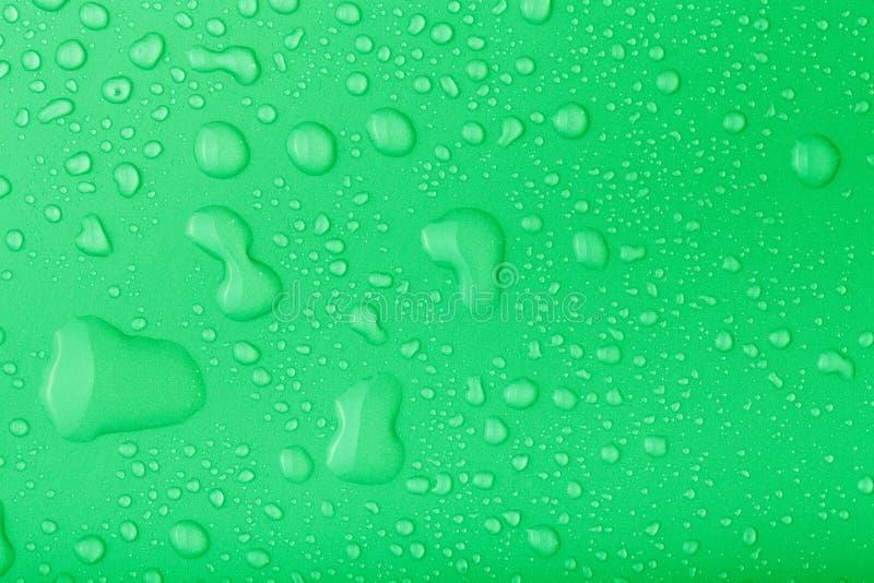 水滴在颜色背景的 定调子 免版税库存照片