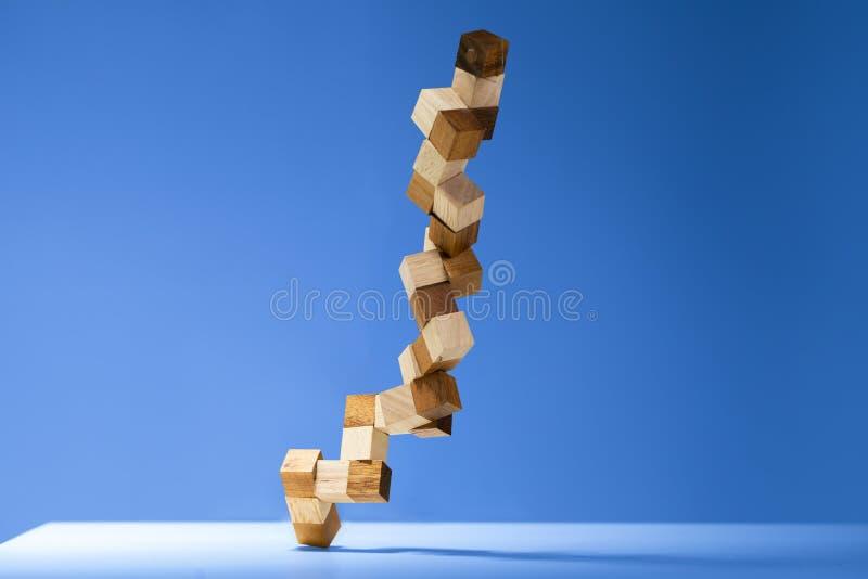 在颜色背景隔绝的蛇立方体木难题 图库摄影