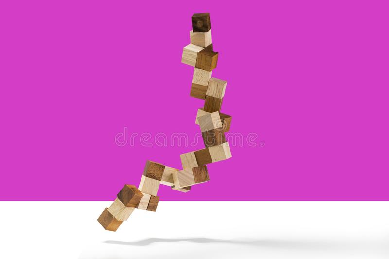 在颜色背景隔绝的蛇立方体木难题 免版税库存照片