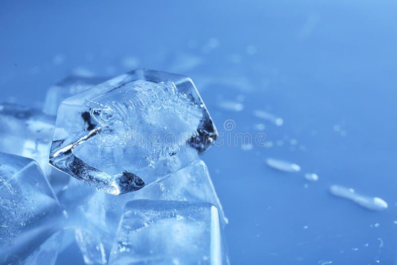 在颜色背景,特写镜头的透明冰块 库存照片