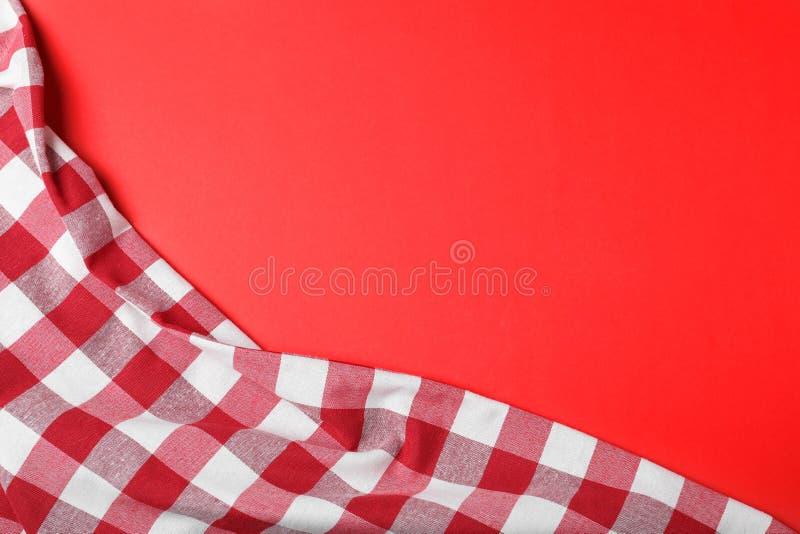 在颜色背景,顶视图的方格的野餐毯子 库存图片