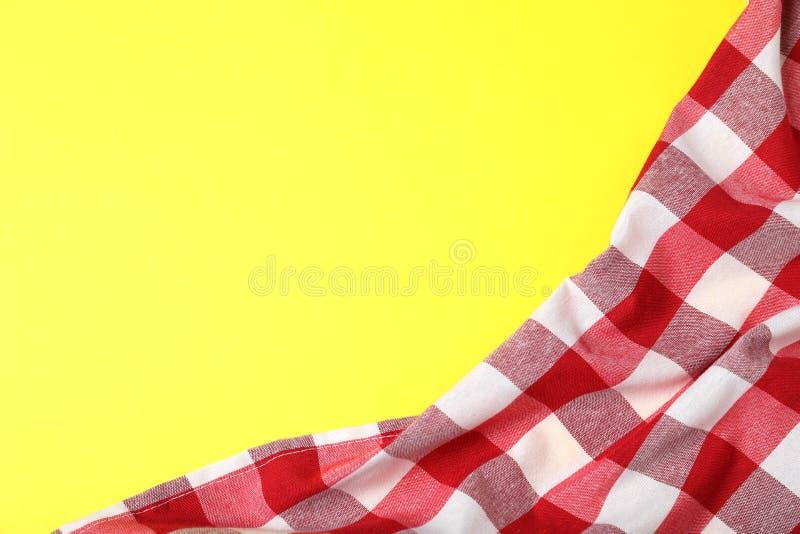 在颜色背景,顶视图的方格的野餐毯子 库存照片
