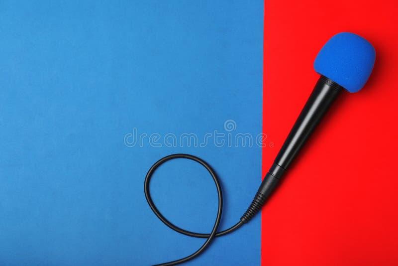 在颜色背景,顶视图的现代话筒 库存照片