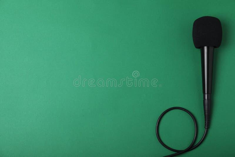 在颜色背景,顶视图的现代话筒 库存图片