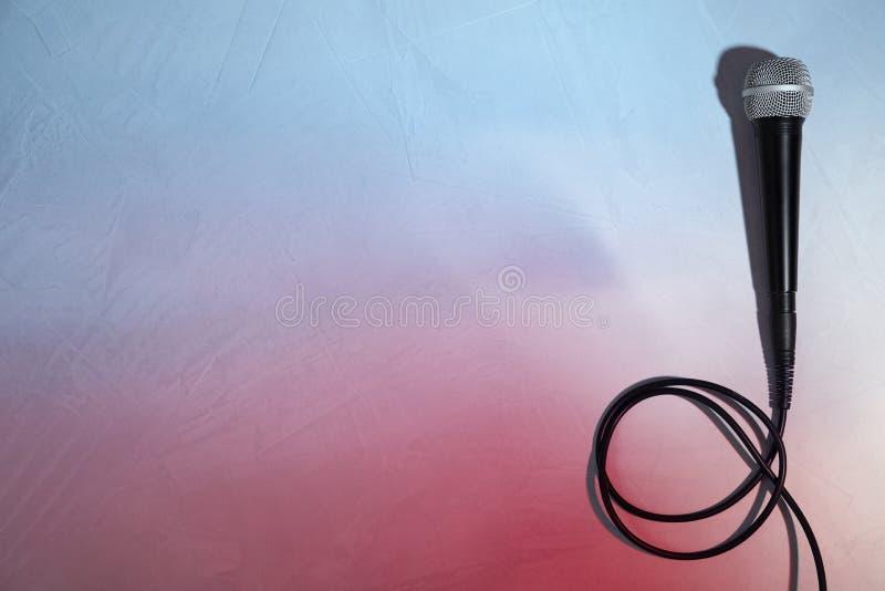 在颜色背景,顶视图的现代话筒 免版税图库摄影