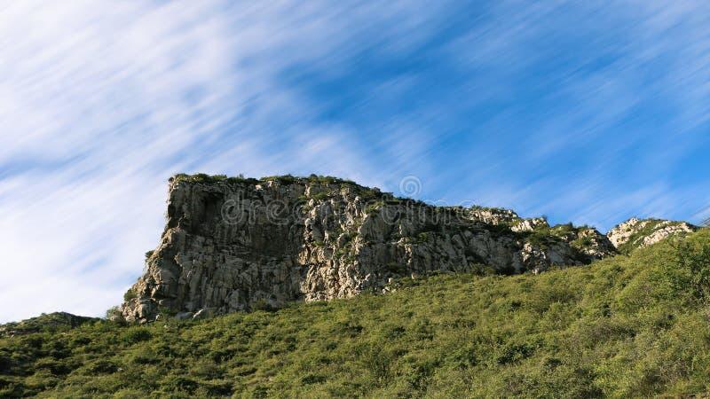 在风下的岩石石身分 免版税库存图片