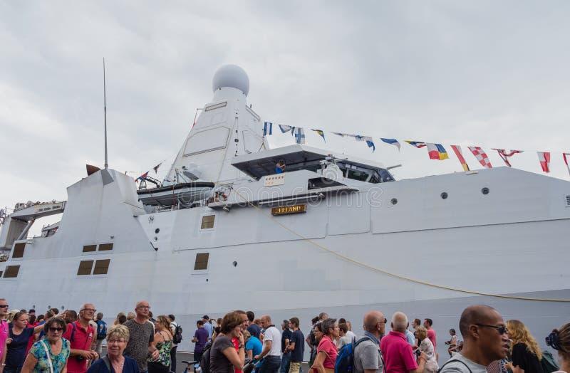 在风帆阿姆斯特丹的荷兰军用军舰 免版税库存照片
