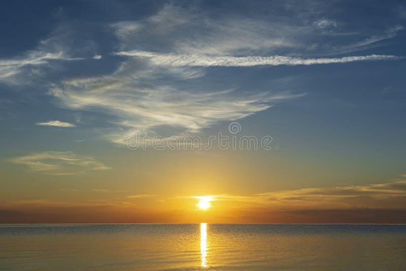 在风平浪静水的五颜六色的日落在热带海滩附近 E 海岛阁帕岸岛,泰国 免版税库存图片