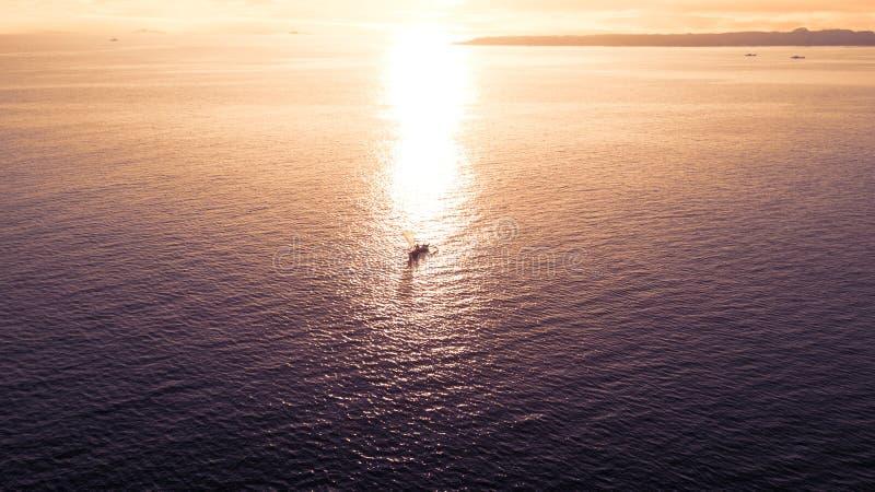 在风平浪静波浪的渔船 免版税库存照片