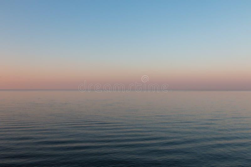 在风平浪静的日落 美好的横向 免版税库存照片