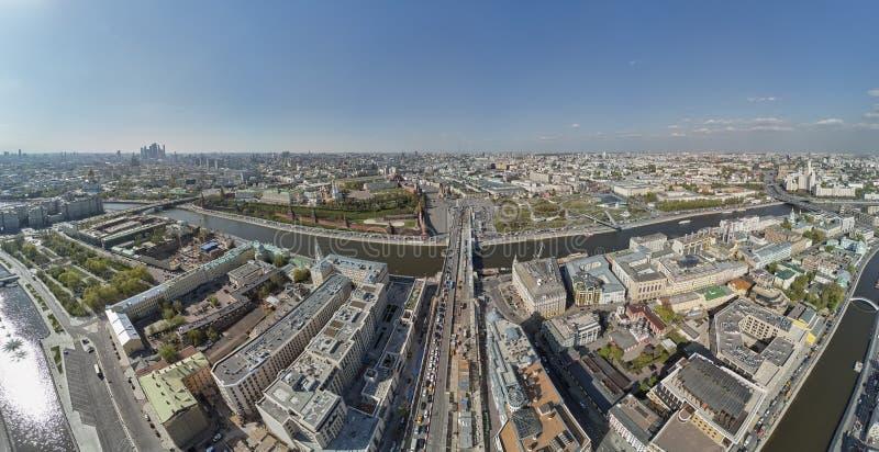 在风景公园Zaryadye和克里姆林宫的空中寄生虫视图 莫斯科中心的全景鸟瞰图在克里姆林宫附近的 免版税库存照片