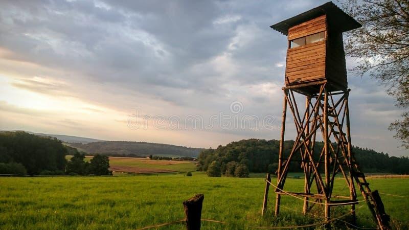 在风景前面的被上升的皮 图库摄影