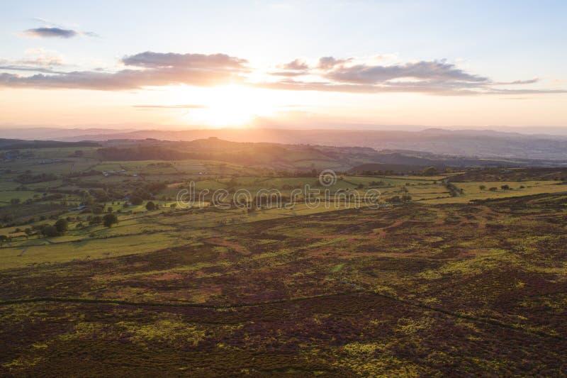 在风景山地的剧烈的日落在英国 免版税库存图片