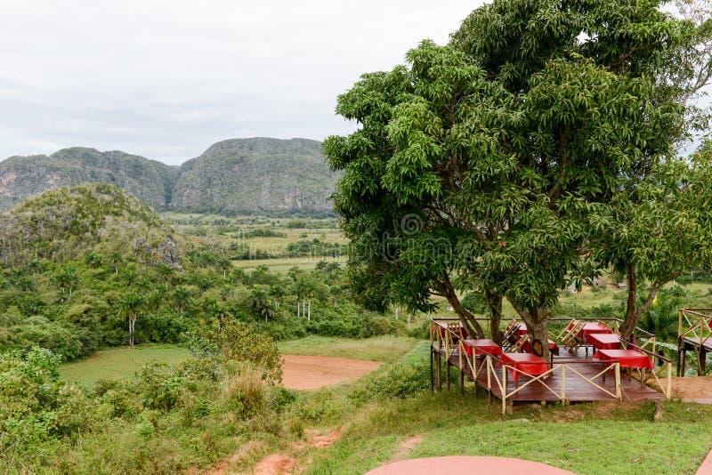在风景的全景与在Vinales谷的mogotes 免版税库存图片