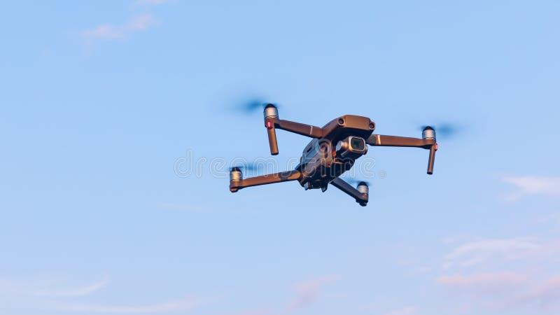在风景的寄生虫飞行 Uav寄生虫与数字照相机的直升机飞行 在多云天空蔚蓝的寄生虫飞行的天花板 方形字体直升机是 库存照片