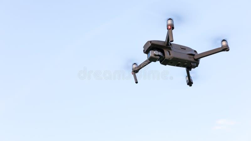 在风景的寄生虫飞行 Uav寄生虫与数字照相机的直升机飞行 在多云天空蔚蓝的寄生虫飞行的天花板 方形字体直升机是 库存图片