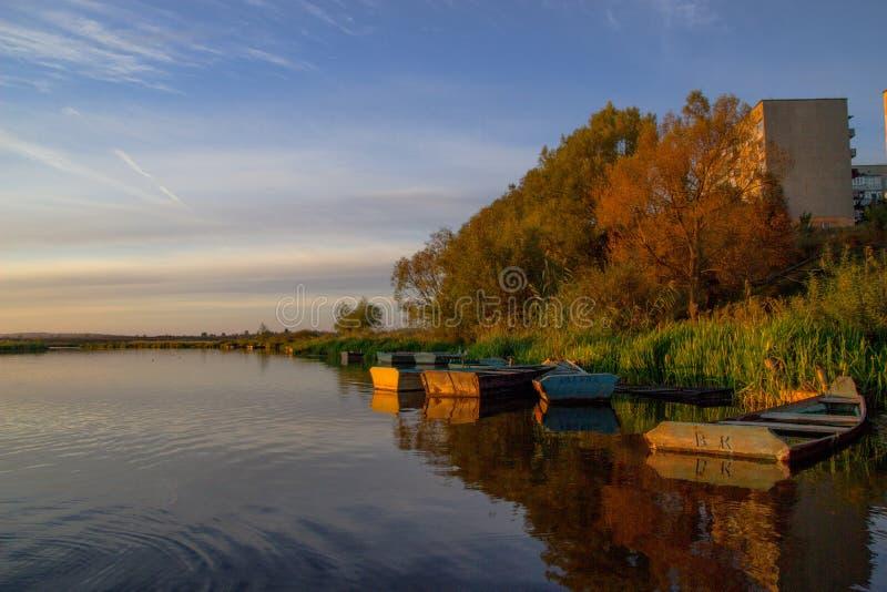 在风景的小船 免版税库存照片