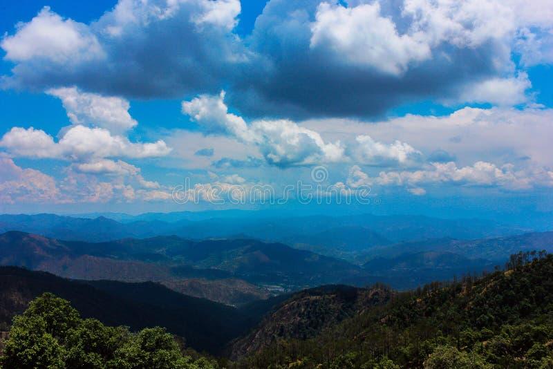 在风暴之前的天空, Binsar,北方邦 免版税库存图片