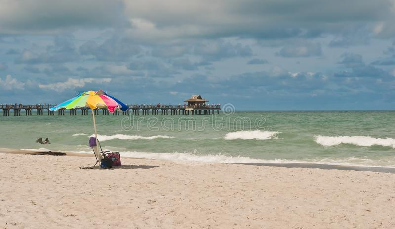 在风暴之前的热带海滩 库存图片