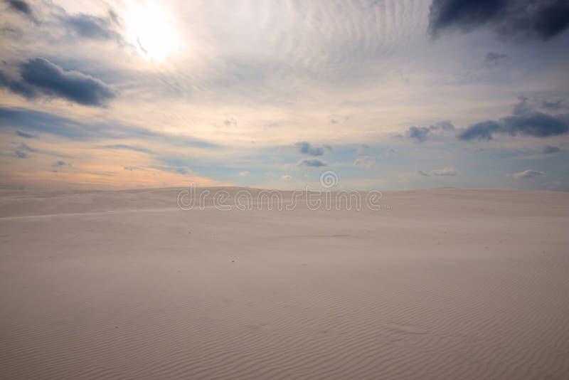 在风暴以后的沙漠,在日落 库存照片