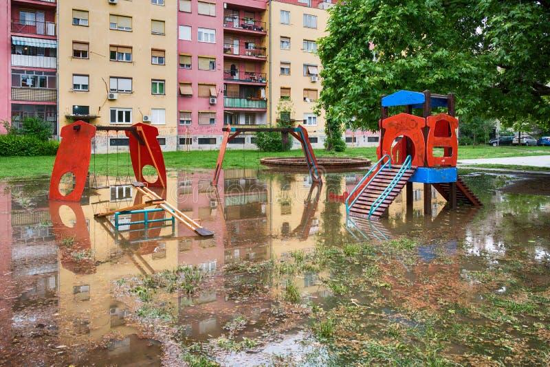 在风暴以后的被淹没的儿童操场 库存图片