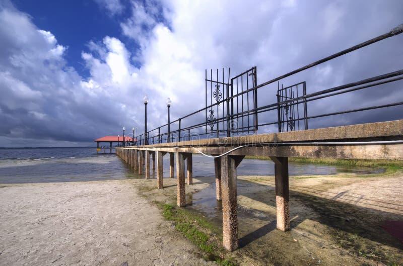 在风暴期间的城市码头 库存图片