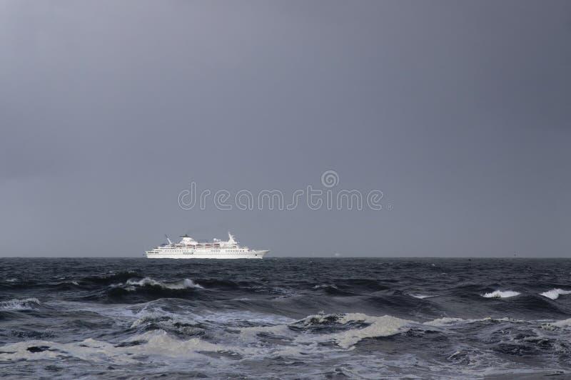 在风暴期间的客船 免版税库存照片