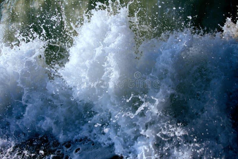 在风暴期间的海洋波浪 浇灌卷今后,煮沸在岸,自然力量  免版税库存图片