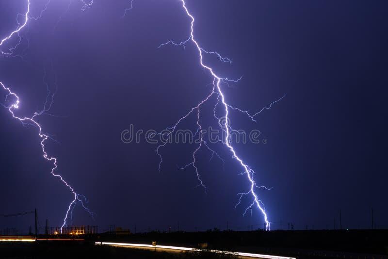 在风暴期间,雷电碰撞一条电能线 免版税库存照片