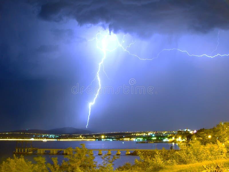 在风暴的巨大的闪电在海附近 免版税图库摄影