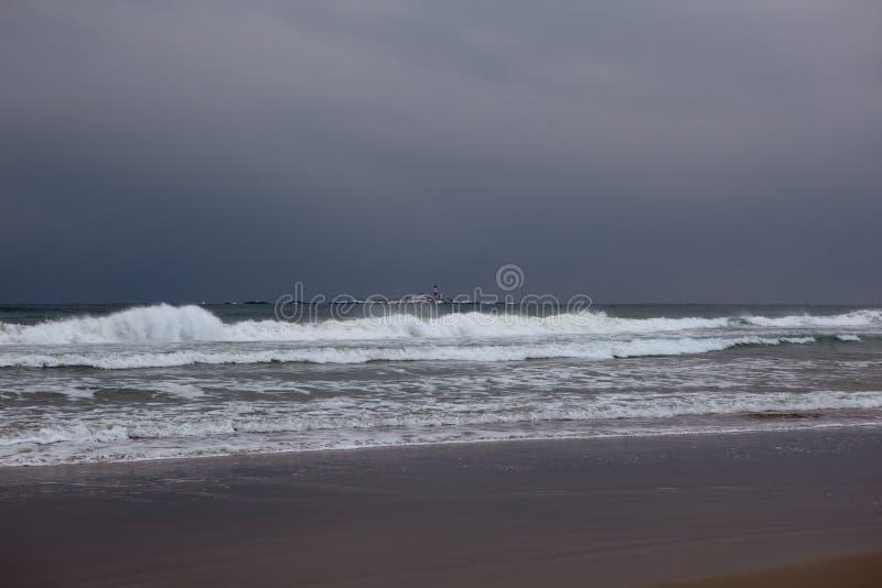 在风暴的海滩海浪 库存图片