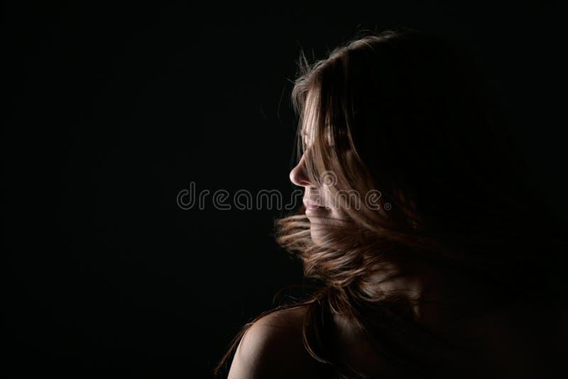 在风的少妇纵向 库存图片
