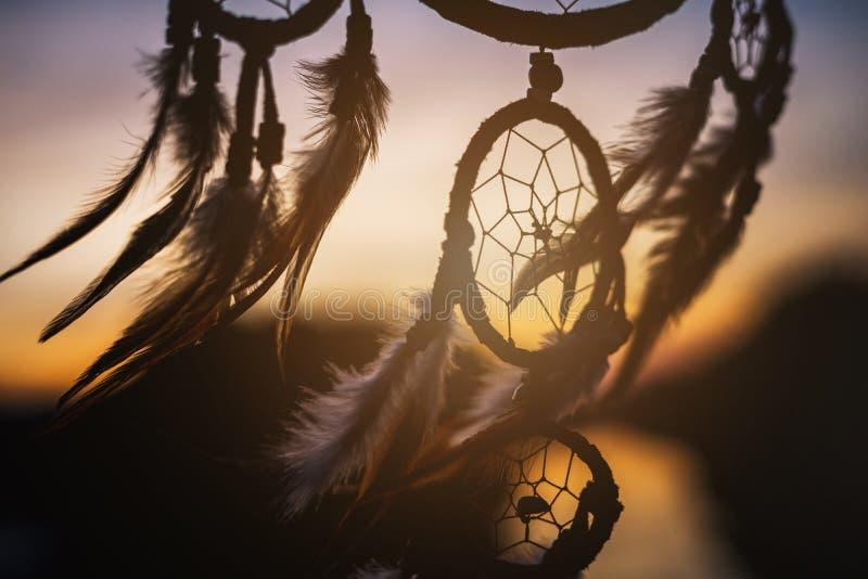 在风的梦想俘获器与美好的日落 库存图片