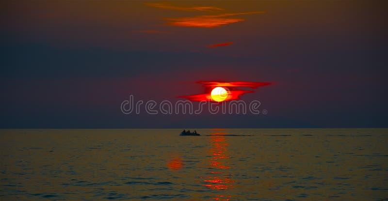 在风的海岛后的海日落 库存图片