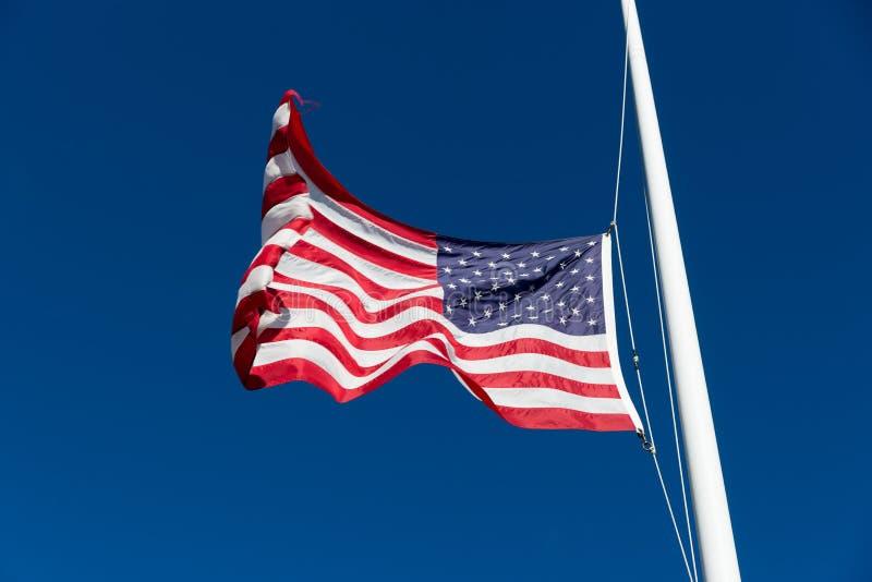 在风的美国国旗拍动.