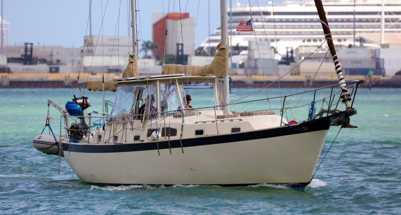 在风的航行游艇在迈阿密海滩南佛罗里达 库存照片