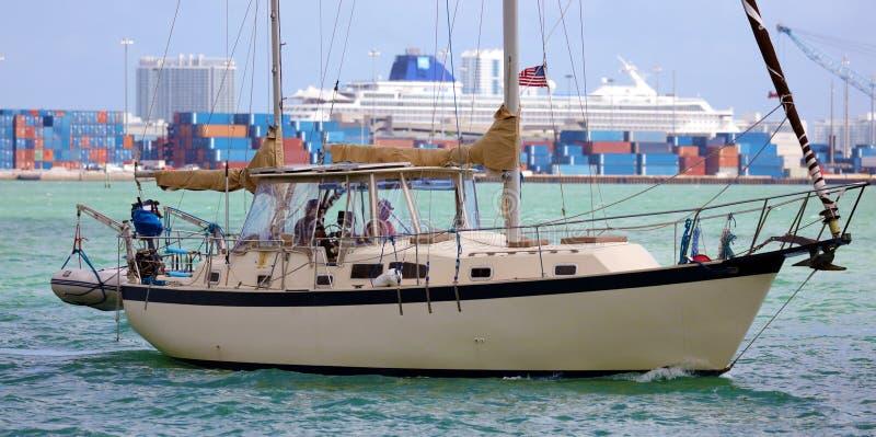 在风的航行游艇在迈阿密海滩南佛罗里达 免版税库存照片