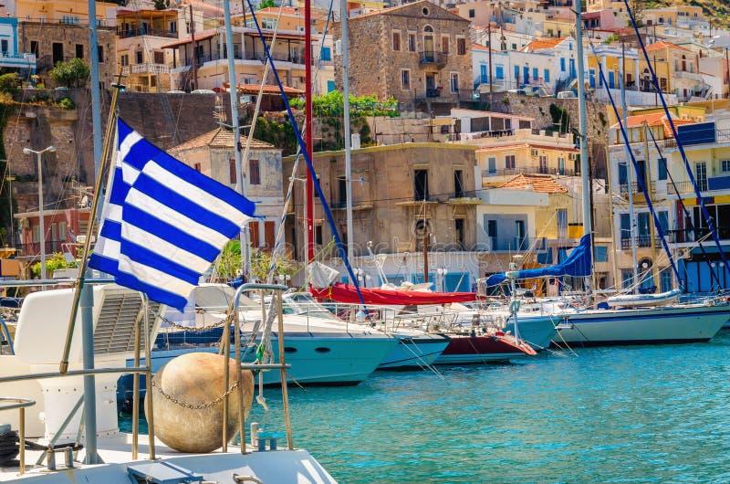 在风的蓝色白色希腊旗子在希腊口岸, Kos 库存图片