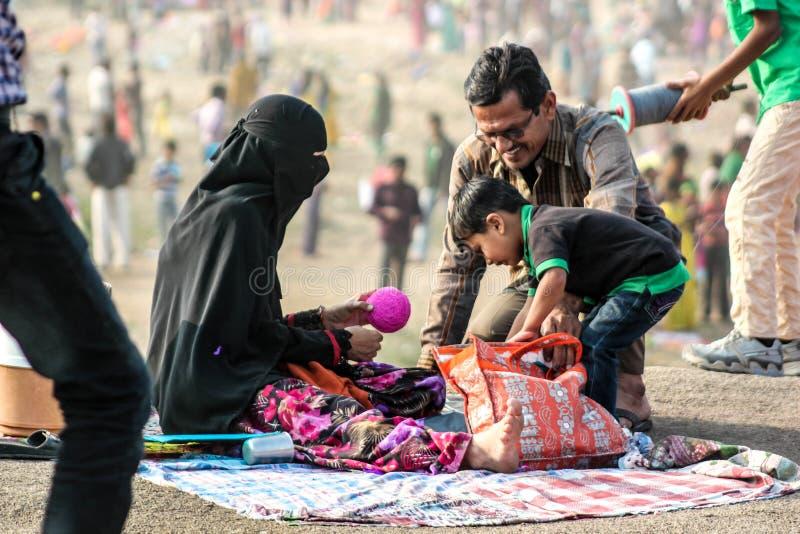 在风筝节日的回教家庭,印度 库存图片
